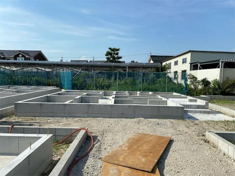 現況外観写真 7/23撮影。現況:基礎工事中。中川区江松に新築戸建が5棟誕生します!