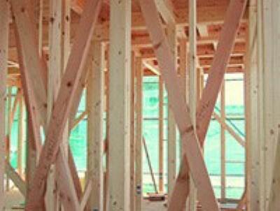 構造・工法・仕様 高温多湿な日本の風土に最適な「木造軸組み工法」。土台、柱、梁などの住宅の骨格を木の軸で造る工法で、1000年以上にわたり、改良・発達を繰り返してきた伝統的な工法です。