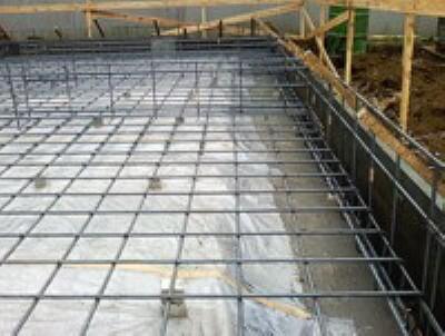 構造・工法・仕様 「鉄筋入りコンクリートベタ基礎」を標準採用。ベース部分には13ミリの鉄筋を200ミリピッチで基盤目伏に配筋し、コンクリートを流し込んで造ります。耐久・耐震性向上のほか防湿対策にもなります。