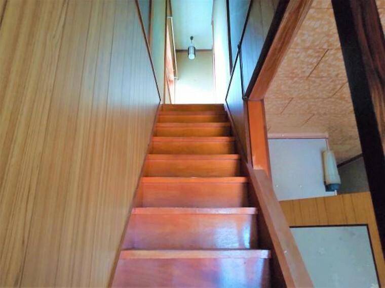 【リフォーム中】階段の写真です。階段は、年配の方や小さなお子様でも安心して階段の上り下りができるように、手すりを新設します。また、壁・天井はホワイト系クロスを新たに張ることで明るい空間に仕上げます。