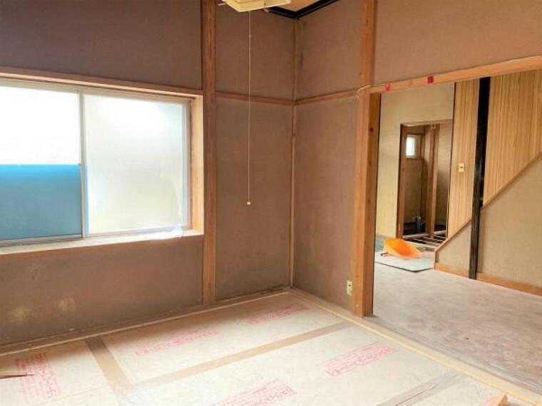 【リフォーム中】1階洋室4.5帖の写真です。床にはフローリングを、壁・天井はクロスを張り替えてイメージを一新します。もちろんLED照明や、入口ドアも交換しますよ。