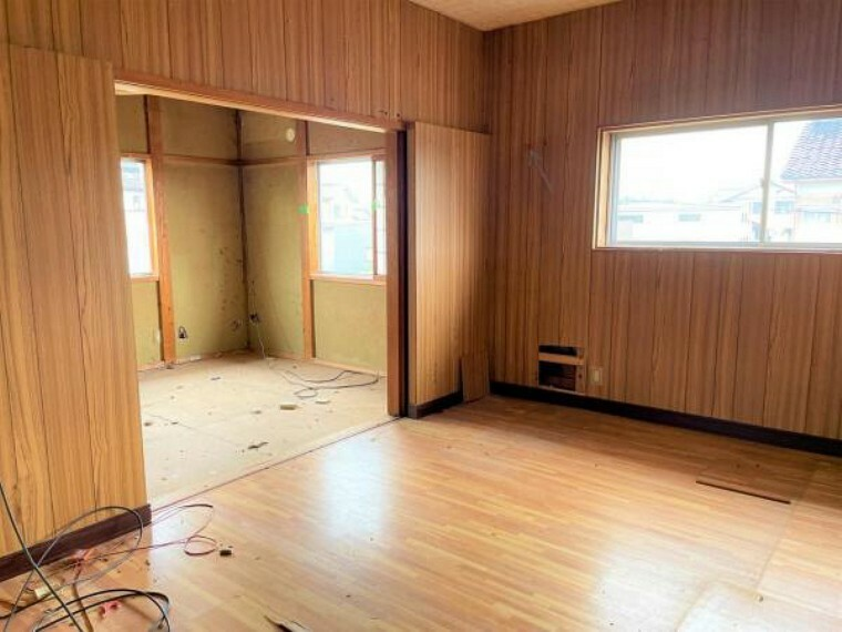 【リフォーム中】2階洋室6帖の写真です。床にはフローリングを、壁天井はクロスを張り、入口ドアや、LED照明も新品交換してイメージを一新します。