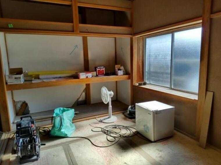 【リフォーム中】1階洋室4.5帖の写真です。収納がありますので、常にスッキリとしたお部屋を保てますね。