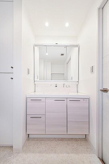 洗面化粧台 身支度に便利な三面鏡