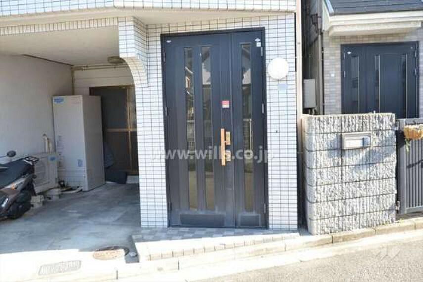 玄関 物件の玄関[2020年1月19日撮影]。周辺は一戸建てやハイツなどが混在しています。