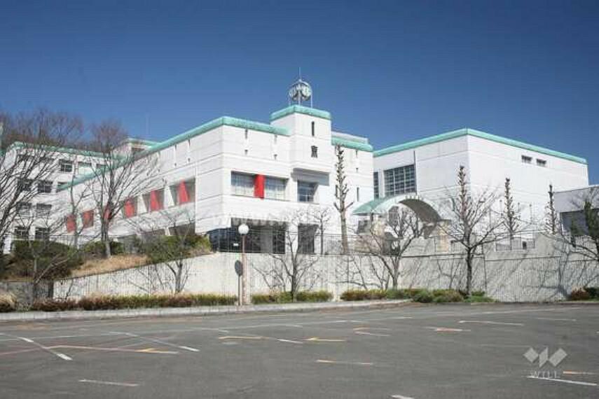 中学校 1991年開校。近くに「平和公園」「東山公園」があり、地下鉄「東山公園」駅と「星ヶ丘」駅の中間に立地。