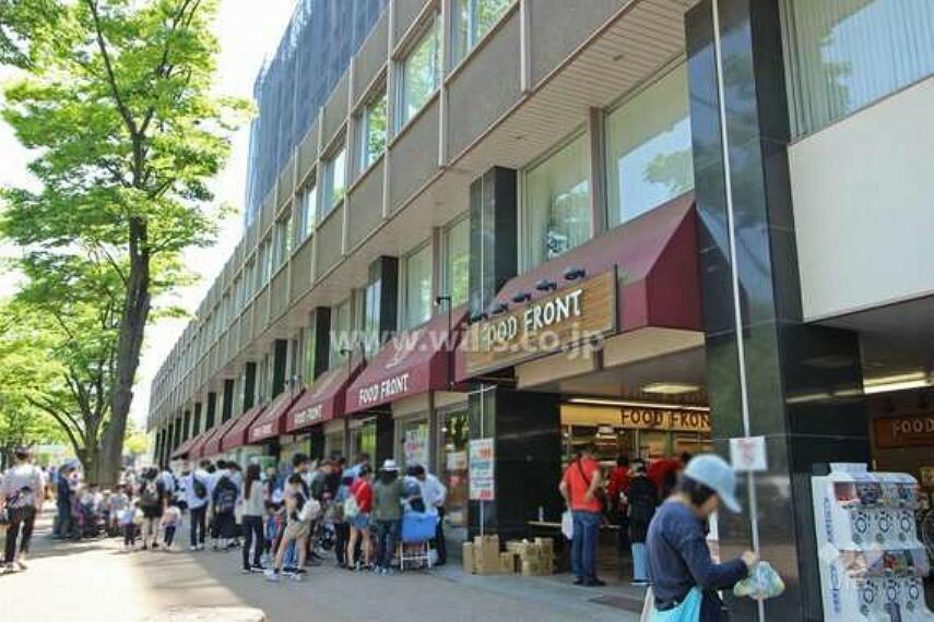 スーパー 地下鉄「東山公園」駅の3番出口から南へ約50m歩いたところにあります。