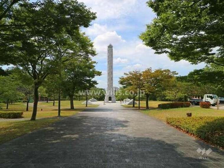 公園 地下鉄「東山公園」駅の2番出口から北へ約1.3km(徒歩17分)歩いたところにある、東山丘陵に広がる墓地公園です。高さ40mの「平和公園アクアタワー」や公園内を1周する「一万歩コース」などがあります。
