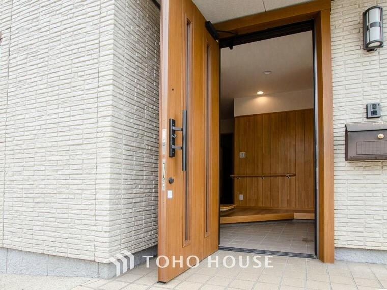 玄関 ダークなカラーの玄関ドアは重厚感があり、本邸宅に気品をプラス。重みのある外観に仕上がっています。