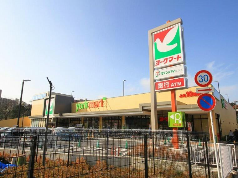 スーパー ヨークマート戸塚深谷店(毎日の暮らしを彩る食料品が品揃え豊富に揃います。新鮮さがウリです。駐車場124台完備。)