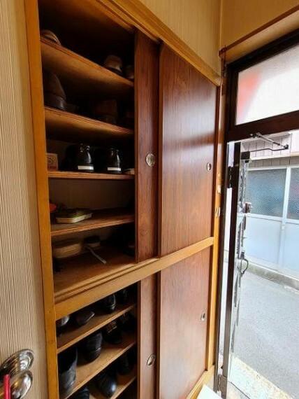 玄関 上から下までしっかり収納できるタイプの棚のため、散らかりがちな玄関もすっきり。