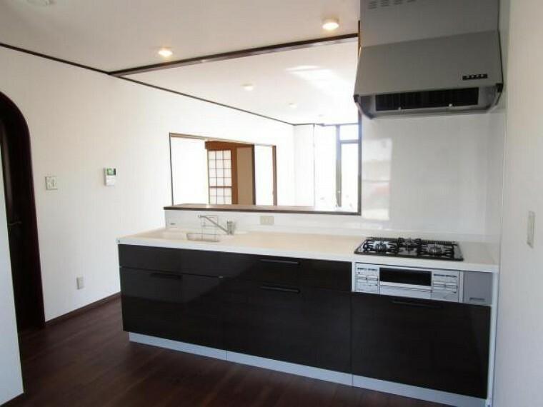キッチン 【リフォーム済】キッチンはハウステック製の新品に交換します。引出には一升瓶や胴鍋のような背の高いものも収納できます。天板は熱や傷にも強い人工大理石仕様なので、毎日のお手入れが簡単です。
