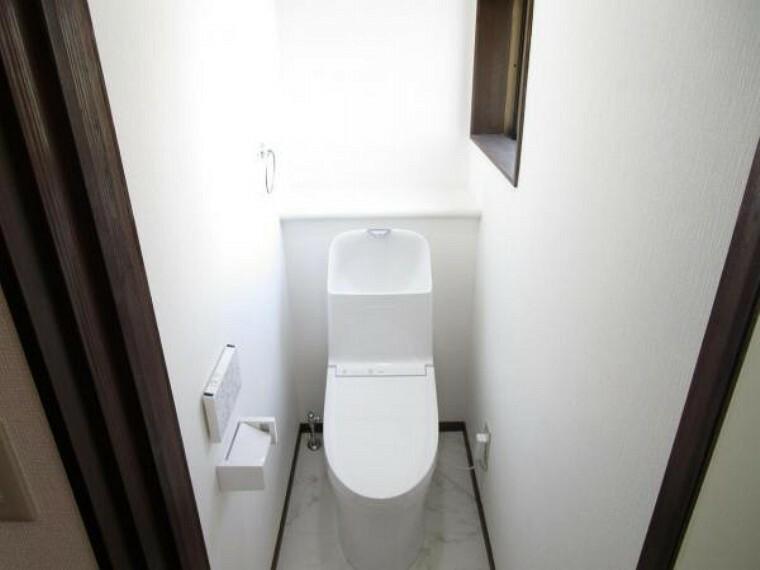 トイレ 【リフォーム済】トイレはTOTO製の温水洗浄機能付きに新品交換します。表面は凹凸がないため汚れが付きにくく、継ぎ目のない形状でお手入れが簡単です。節水機能付きなのでお財布にも優しいですね。