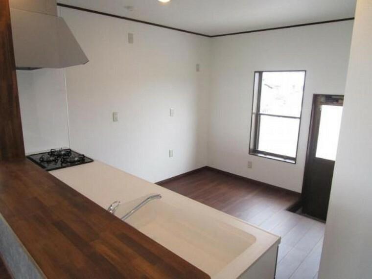 【リフォーム済】キッチンです。現在はL字のキッチンがありますが、I型のハウステック製幅2550mmを新設しました。天井と壁のクロスを張り替え、床にはフローリングを重ね張りをしました。