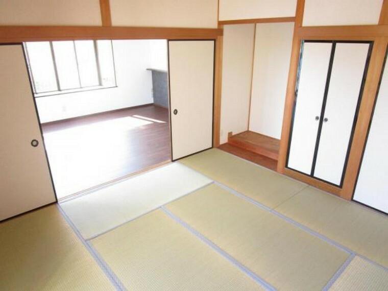 【リフォーム済】1階8帖和室です。玄関からすぐの場所にあるため、客間としてお使いいただけます。天井と壁のクロスを張り替え、畳の表替えを行いました。