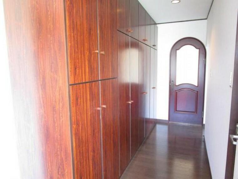 【リフォーム済】1階廊下、浴室前の収納です。コートやジャケットを収納することができます。床から天井まで高さのある収納ですが、可動式のポールがついており上の段でも楽に上着類をかけることができます。クリーニングを行いました。