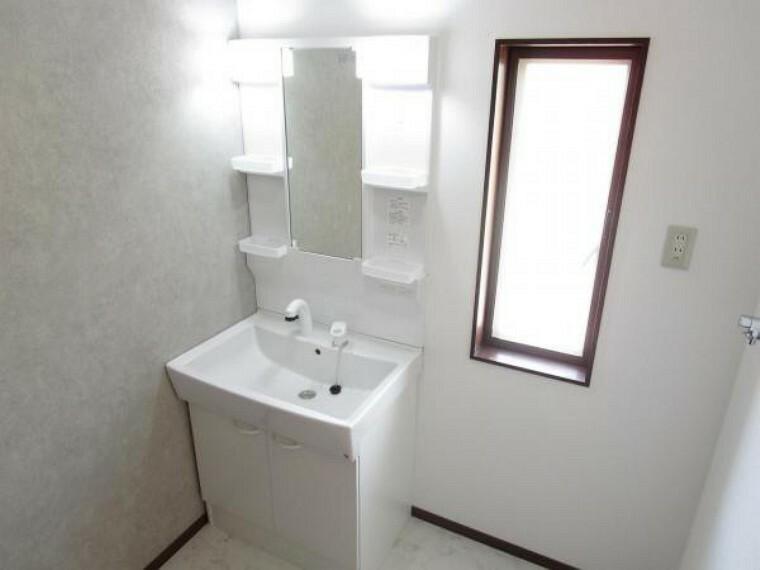 【リフォーム済】洗面脱衣所です。間取り変更を行い、浴室とともに1坪サイズに拡張工事を行いました。洗面化粧台はハウステック製幅750mmの三面鏡タイプを新設しました。