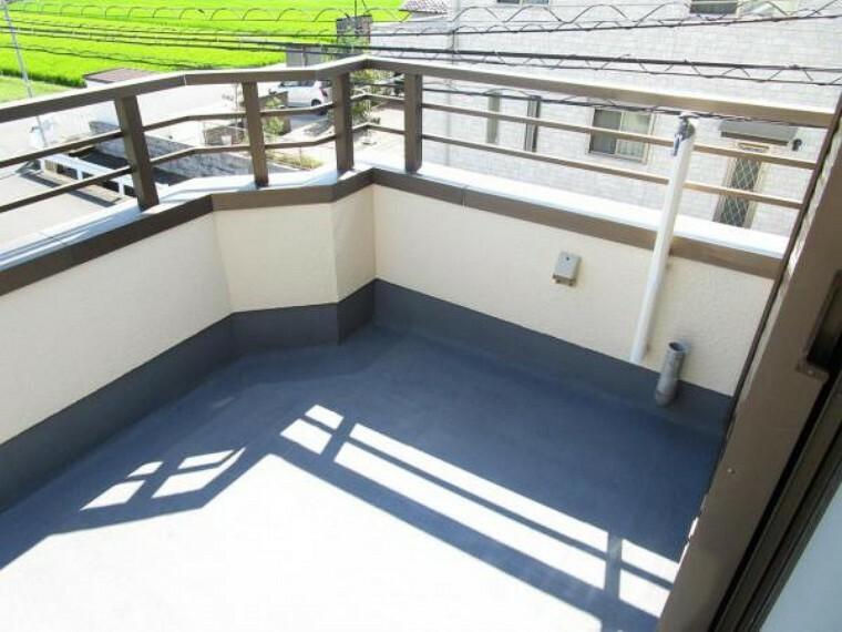 【リフォーム済】ベランダです。東側洋室、西側洋室両方から出ることができます。水栓があり、夏はプール等に使用することができます。塗装を行いました。