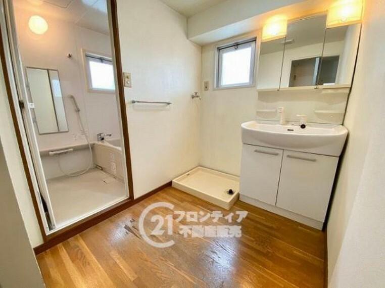 洗面化粧台 水廻りには窓がありカビや嫌な匂いを抑制
