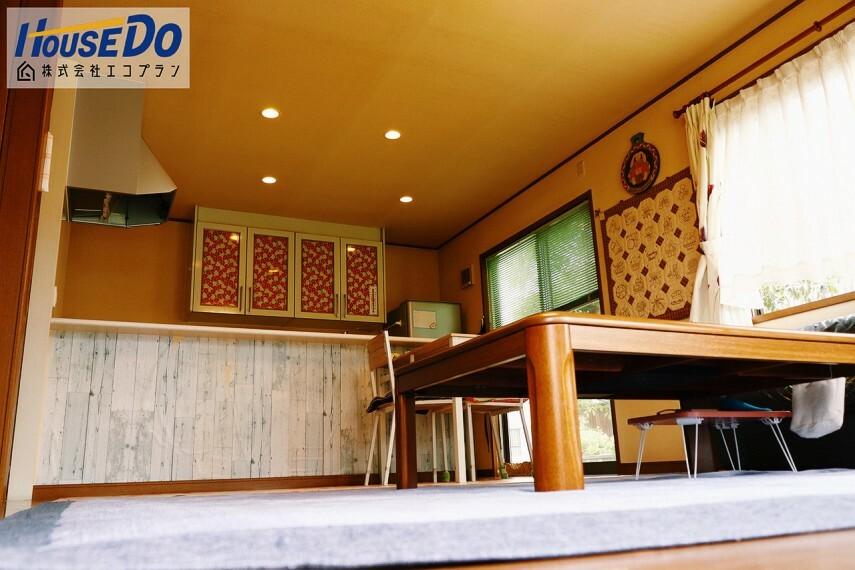 居間・リビング キッチンのカップボードは備え付けで便利です! 食器棚をそろえる必要がありません  収納力の高さも魅力の1つです! 食器以外に生活用品など増えても安心