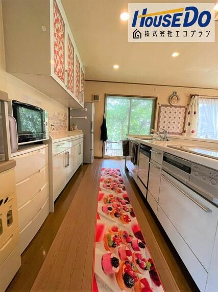 キッチン 子育てや家事をサポートしやすい、広々としたキッチン  旦那さまやお子様と一緒にお料理しても余裕ですね! サイズと動線は主婦目線で確認してください 収納もたっぷりあるので、現地で実際にご覧ください