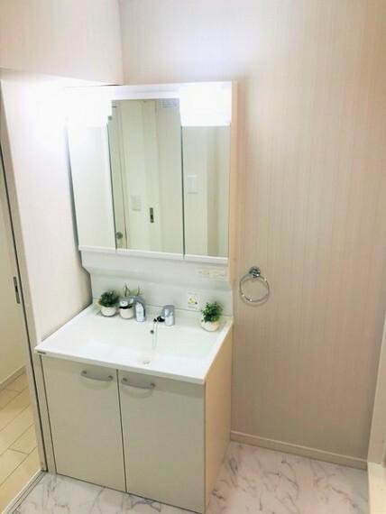 洗面化粧台 三面鏡のついた洗面台へ新規交換済みです