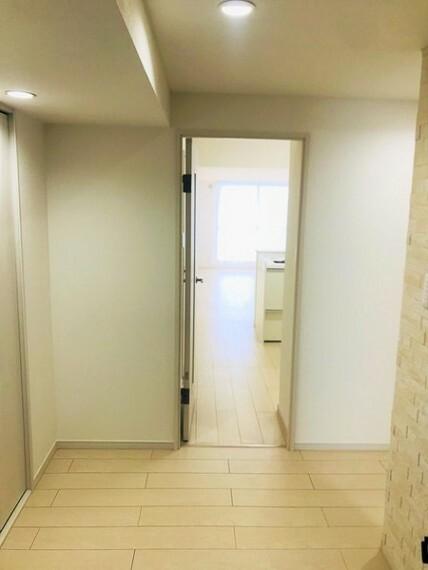 玄関 玄関からリビングへのスペースもゆったり