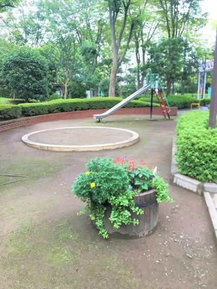 元気なお子様も喜ぶ公園完備です!