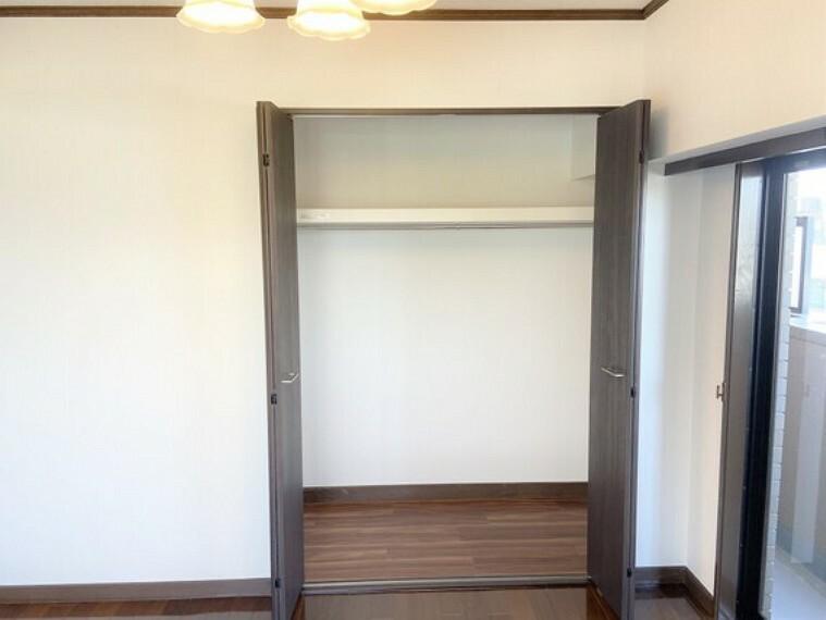 収納 ゆったりと入る収納を備え付けた洋室。