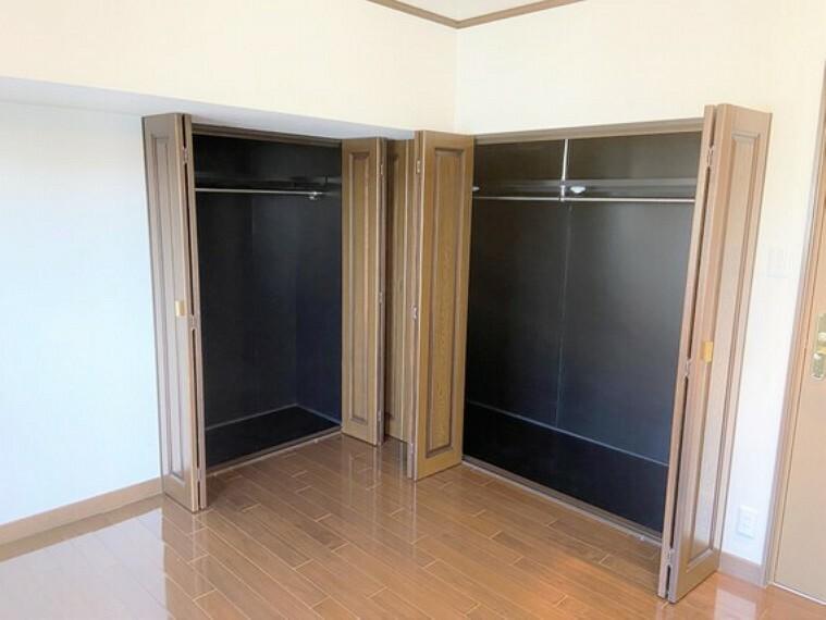 収納 2つのクローゼットを備えた整理整頓の出来る洋室。