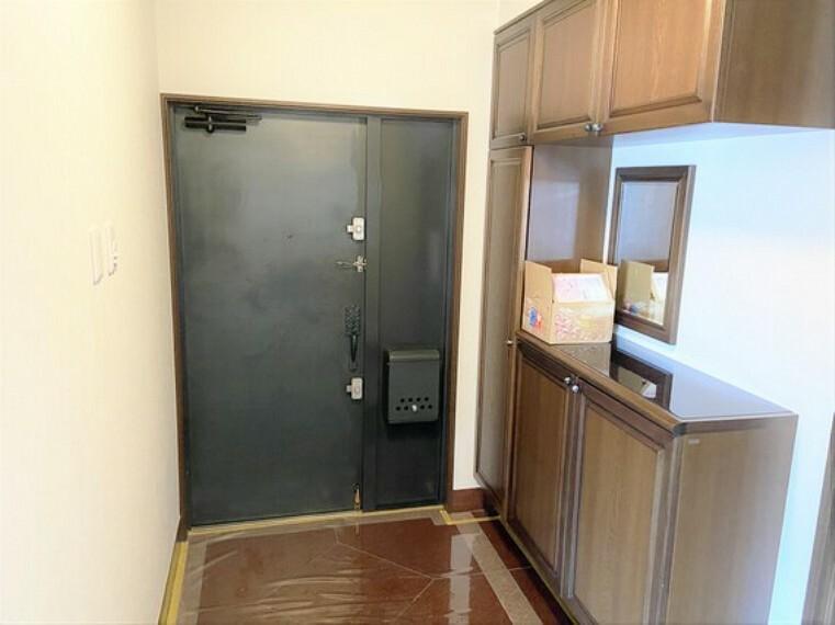 玄関 シックなカラーでまとめられたスタイリッシュな玄関。