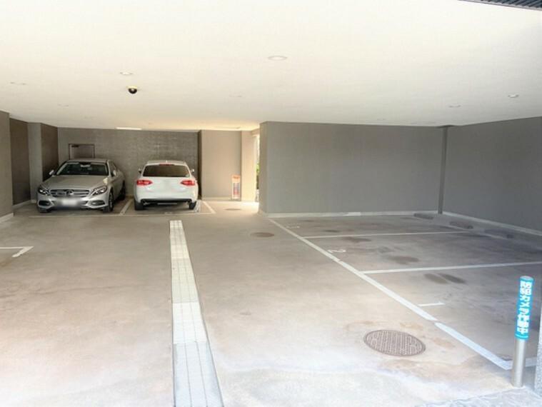 駐車場 車もゆったりと停められます。