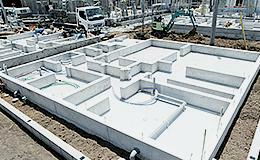構造・工法・仕様 より丈夫な基礎を築く為、建物の荷重を地盤へ伝える「ベタ基礎」工法を採用しています