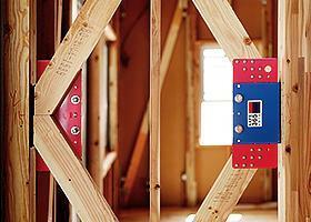 構造・工法・仕様 高層ビルにも使用されている、優れた地震エネルギーの吸収を実現する制震装置を使用することで地震に強い家を実現しました