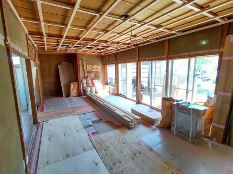 居間・リビング (リフォーム中)別の角度から見た15帖のLDKです。壁天井はクロス仕上げに、床は新しくフローリング貼りへリフォームします。南側に掃き出し窓があるので明るく広く感じられますよ。