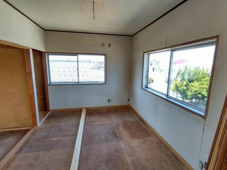 (リフォーム中)2階北西側6帖の洋室は壁天井のクロスを貼替え、床はフローリングを重貼りします。入口の建具は新しく交換するので背の高い方でも頭をぶつけることはなくなります。