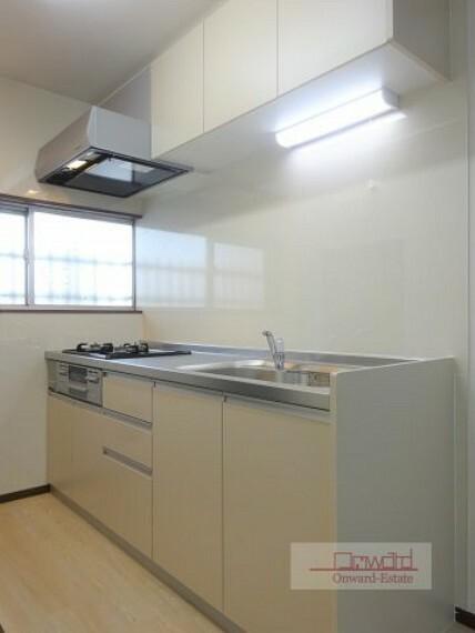 キッチン 収納たっぷりのシステムキッチン! キッチン横には窓が有り明るさも十分!