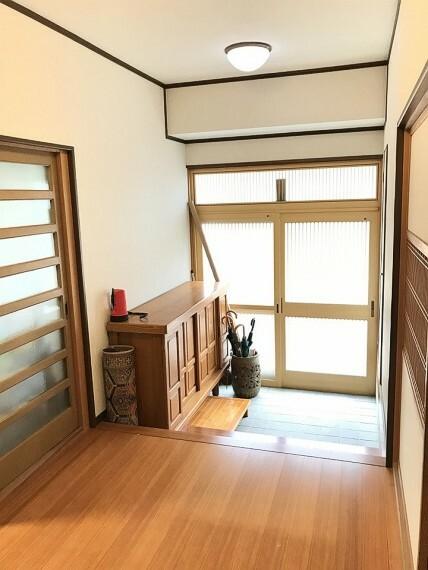 玄関 玄関は日差しがたくさん入って明るい玄関です。靴入れもおおきいですね。