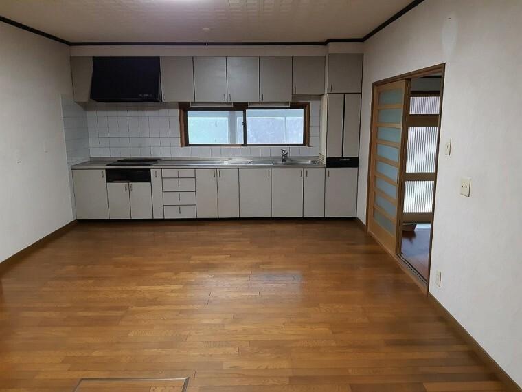 居間・リビング 広いキッチンです。収納もたくさんあって十分な広さですね。