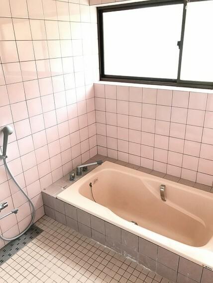 浴室 浴室です。全体的にピンク色で温かみのある浴室ですね。