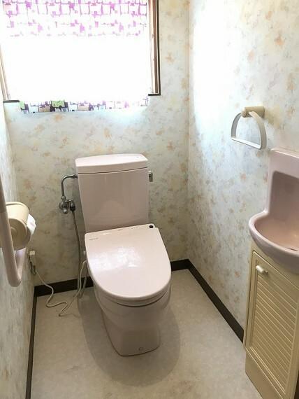トイレ トイレです。手洗いと収納がついています。