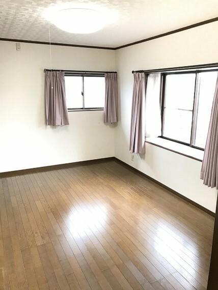洋室 洋室です。窓が大きくて日差しがたくさん入ります。