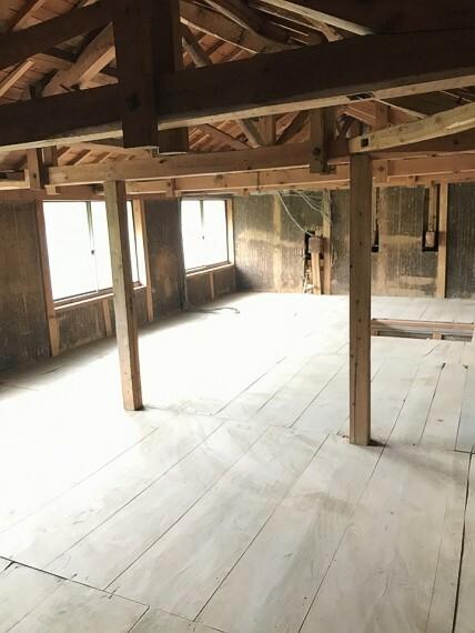 立派な梁や柱が見える納屋の二階です。 ここにも収納スペースがしっかりあります。