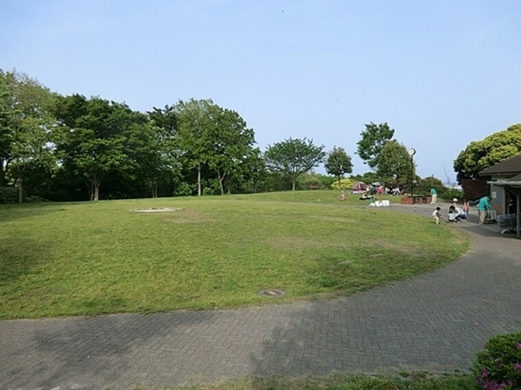 公園 本牧山頂公園 山手駅の東の高台に広がる広大な敷地の公園です。ドッグランやバーベキュー設備もあり休日は多くの人で賑わっています。