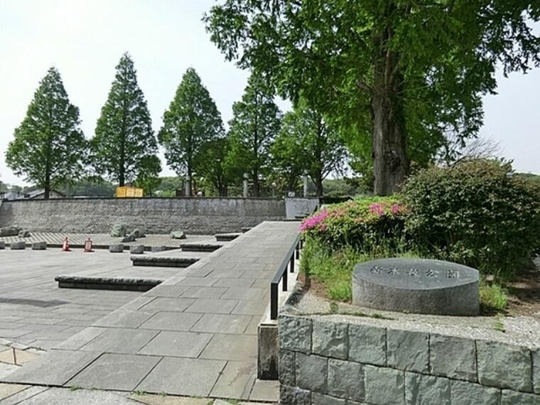 公園 新本牧公園 横浜生まれの横浜緋桜が植えられている。春は桜、秋は紅葉を楽しむ地元住民が訪れ、夜は噴水場付近がライトアップされて美しい。