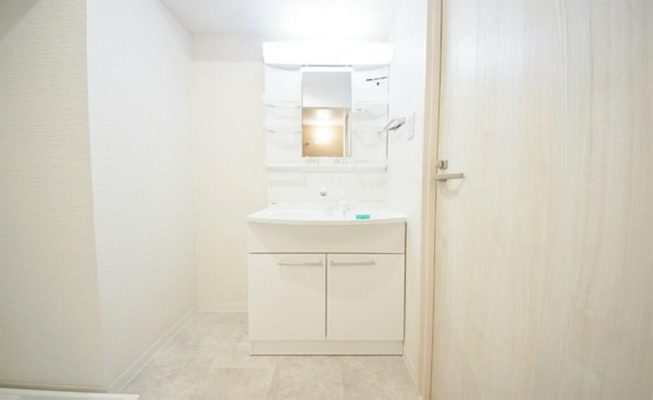 洗面化粧台 家の中では限られた洗面空間ですが、通勤、通学前のご家族には欠かせない場所ですので少しでもゆとりを考えた設計です。
