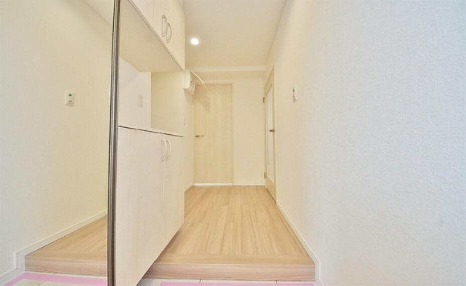 玄関 玄関ホールにもゆとりをもった設計ですので、来客者の第一印象が違います。玄関は家の顔ですので、開放感は大事ですね。