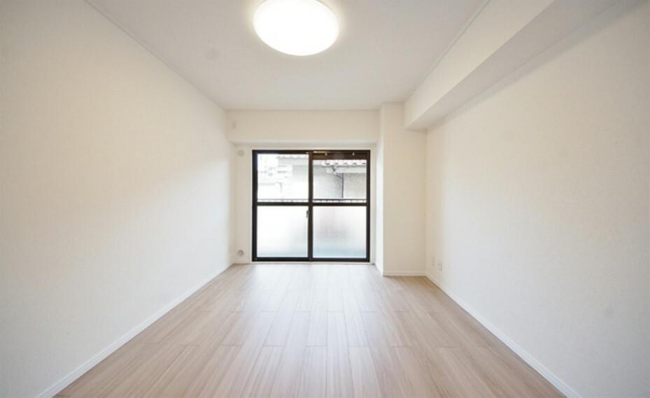 洋室 白い壁が窓から射し込む光を室内にまわし、柔らかな明るさを奥まで届ける。穏やかな空気に満ちた空間。