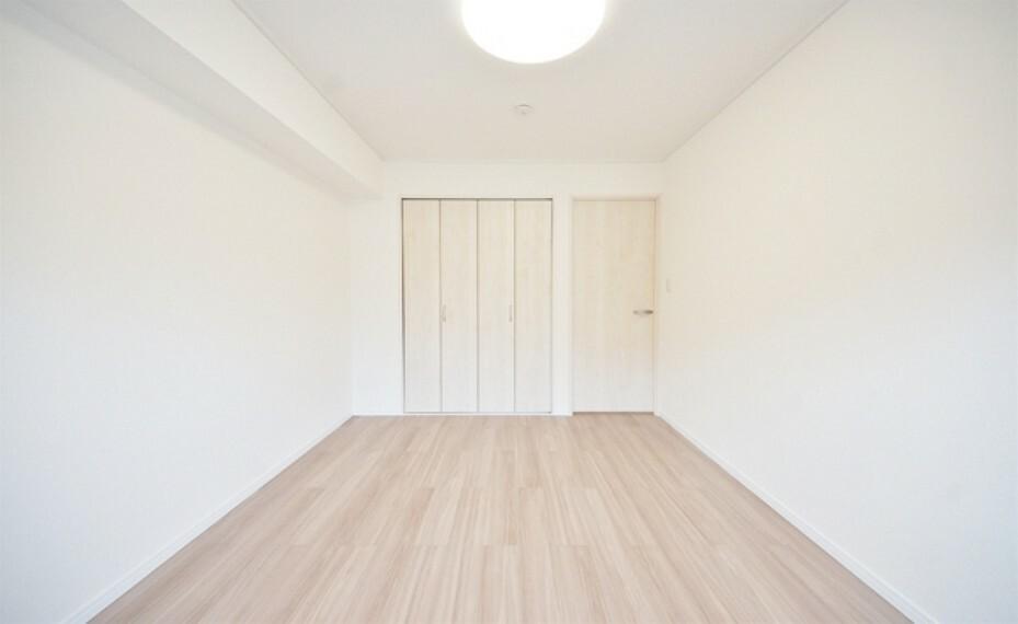 寝室 心地よい眠りへといざなうしっとりと落ち着いた雰囲気の寝室。収納豊富で寝室をいつもすっきりさせてくれます。