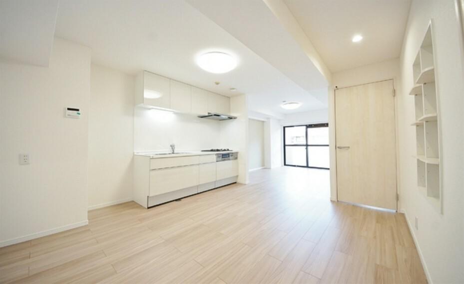 居間・リビング フローリングの色が馴染みやすく、家具を選ばないデザインのですのでインテリアも愉しめそうです。